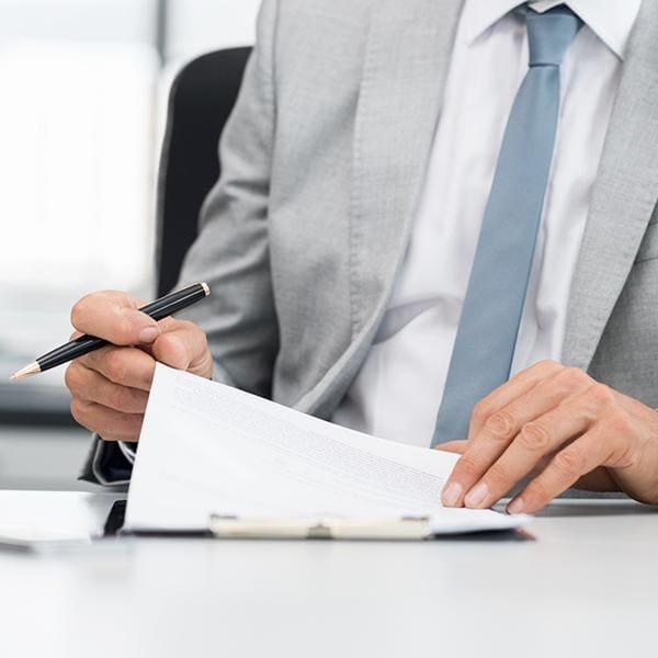 Biznesmen podpisujący umowę