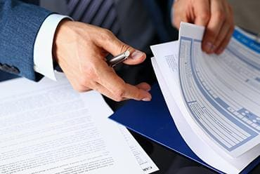 Prawnik przeglądający dokumenty